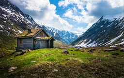 Σπίτι στα βουνά στη Νορβηγία Στοκ Φωτογραφίες