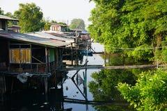 Σπίτι στα ξυλοπόδαρα Απόψεις των τρωγλών της πόλης από τον ποταμό Στοκ φωτογραφία με δικαίωμα ελεύθερης χρήσης