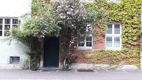Σπίτι στα λουλούδια Στοκ εικόνα με δικαίωμα ελεύθερης χρήσης