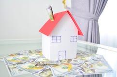 Σπίτι στα χρήματα και ένα κλειδί Στοκ φωτογραφίες με δικαίωμα ελεύθερης χρήσης