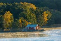 Σπίτι στην ακτή με το δάσος φθινοπώρου Στοκ φωτογραφία με δικαίωμα ελεύθερης χρήσης