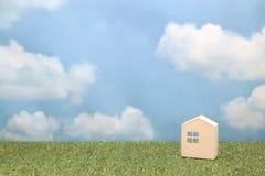 Σπίτι στην πράσινη χλόη πέρα από το μπλε ουρανό και τα σύννεφα Στοκ φωτογραφίες με δικαίωμα ελεύθερης χρήσης