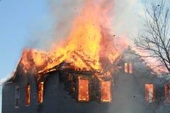 Σπίτι στην πυρκαγιά Στοκ φωτογραφία με δικαίωμα ελεύθερης χρήσης