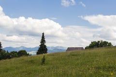 Σπίτι στους λόφους βουνών με τη bautiful άποψη στοκ εικόνες