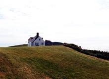 Σπίτι στο λόφο με μια μεγάλη άποψη στοκ εικόνα με δικαίωμα ελεύθερης χρήσης