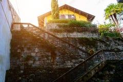 Σπίτι στο λόφο των πετρών Ιταλία, Arona Στοκ Εικόνες