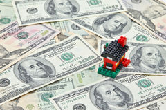 Σπίτι στο σωρό των τραπεζογραμματίων αμερικανικών δολαρίων Στοκ φωτογραφίες με δικαίωμα ελεύθερης χρήσης