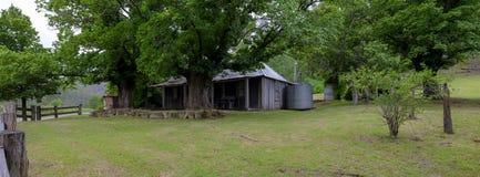 Σπίτι στο Convict ίχνος ή μεγάλος βόρειος δρόμος μεταξύ Bucketty και του ST Albans, NSW, Αυστραλία στοκ εικόνα