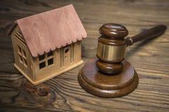 Σπίτι, σφυρί δικαστών σε ένα ξύλινο υπόβαθρο στοκ εικόνα με δικαίωμα ελεύθερης χρήσης