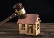 Σπίτι, σφυρί δικαστών σε ένα ξύλινο υπόβαθρο στοκ φωτογραφία