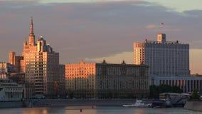 Σπίτι της κυβέρνησης της Ρωσίας στον ήλιο βραδιού απόθεμα βίντεο