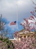 Σπίτι του Άρλινγκτον, στο νεκροταφείο του Άρλινγκτον στη Βιρτζίνια Σημαία στο μισό-προσωπικό Στοκ φωτογραφία με δικαίωμα ελεύθερης χρήσης
