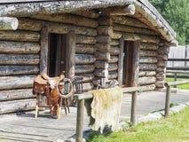 Σπίτι του ξύλου με τις σέλες μπροστά από στοκ φωτογραφία με δικαίωμα ελεύθερης χρήσης
