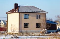 Σπίτι τούβλου στο εξοχικό σπίτι το χειμώνα Στοκ εικόνα με δικαίωμα ελεύθερης χρήσης