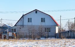 Σπίτι τούβλου στο εξοχικό σπίτι το χειμώνα Στοκ φωτογραφία με δικαίωμα ελεύθερης χρήσης