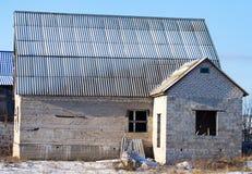 Σπίτι τούβλου στο εξοχικό σπίτι το χειμώνα Στοκ Φωτογραφία