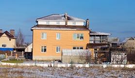 Σπίτι τούβλου στο εξοχικό σπίτι το χειμώνα Στοκ Εικόνες