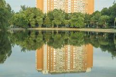 Σπίτι τούβλου από τη λίμνη στοκ εικόνα με δικαίωμα ελεύθερης χρήσης