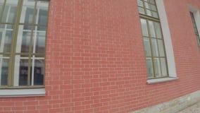 σπίτι τούβλων που γίνεται κόκκινο φιλμ μικρού μήκους