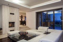 Σπίτι τραβερτινών - ευρύχωρο καθιστικό στοκ εικόνα με δικαίωμα ελεύθερης χρήσης
