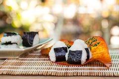 σπίτι τροφίμων σφαιρών ρυζιού που γίνεται Στοκ Εικόνες