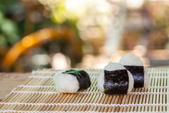 σπίτι τροφίμων σφαιρών ρυζιού που γίνεται Στοκ Φωτογραφίες