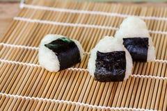 σπίτι τροφίμων σφαιρών ρυζιού που γίνεται Στοκ εικόνες με δικαίωμα ελεύθερης χρήσης