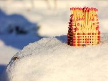 Σπίτι των αντιστοιχιών που στέκονται στο χιονώδες βουνό Στοκ εικόνες με δικαίωμα ελεύθερης χρήσης