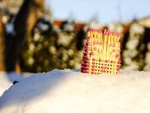 Σπίτι των αντιστοιχιών που στέκονται στο χιονώδες βουνό Στοκ Εικόνες