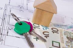 Σπίτι των ξύλινων φραγμών, των κλειδιών και των χρημάτων στιλβωτικής ουσίας στο σχέδιο οικοδόμησης, έννοια σπιτιών κτηρίου Στοκ φωτογραφίες με δικαίωμα ελεύθερης χρήσης