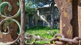 Σπίτι φαντασμάτων πίσω από την πύλη Στοκ εικόνα με δικαίωμα ελεύθερης χρήσης