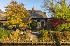 Σπίτι φθινοπώρου σε Giethoorn Κάτω Χώρες Στοκ Εικόνες