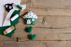 Σπίτι φιαγμένο από αισθητός και διακοσμημένος με snowflakes και ένα κλειδί μετάλλων Το σπίτι με τις τέχνες καρδιών, ψαλίδι, νήμα, Στοκ εικόνα με δικαίωμα ελεύθερης χρήσης