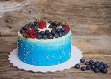 Σπίτι χλωμό - μπλε κέικ με τα βακκίνια και τα σμέουρα Στοκ Εικόνες