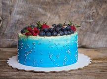Σπίτι χλωμό - μπλε κέικ με τα βακκίνια και τα σμέουρα Στοκ φωτογραφία με δικαίωμα ελεύθερης χρήσης