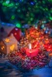 Σπίτι Χριστουγέννων υποβάθρου γιρλαντών Χριστουγέννων διακοσμήσεις Χριστου&gamm στοκ εικόνα με δικαίωμα ελεύθερης χρήσης