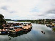 Σπίτι όχθεων ποταμού στοκ φωτογραφία με δικαίωμα ελεύθερης χρήσης