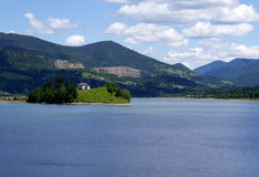 Σπίτι όχθεων της λίμνης στοκ εικόνα με δικαίωμα ελεύθερης χρήσης