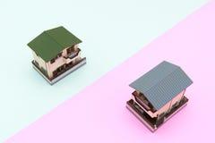 Σπίτι δύο οικογενειών επάνω σε ένα ρόδινο και τυρκουάζ υπόβαθρο χρώματος Στοκ εικόνα με δικαίωμα ελεύθερης χρήσης