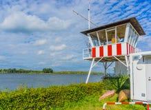 Σπίτι Lifegaurd σε ένα τοπίο ποταμών στοκ εικόνα