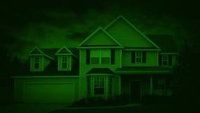 Σπίτι Nightvision στα προάστια στη θυελλώδη νύχτα φιλμ μικρού μήκους
