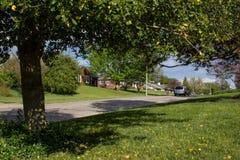 Σπίτι Surburban στην ήρεμη γειτονιά Στοκ φωτογραφίες με δικαίωμα ελεύθερης χρήσης