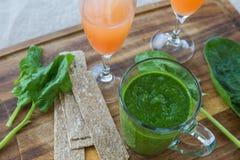 Σπανάκι καταφερτζήδων, χυμός γκρέιπφρουτ και ψωμί Στοκ Φωτογραφία