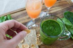 Σπανάκι καταφερτζήδων, χυμός γκρέιπφρουτ και ψωμί Στοκ φωτογραφία με δικαίωμα ελεύθερης χρήσης