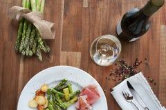 Σπαράγγι με το ζαμπόν και το κρασί Στοκ φωτογραφία με δικαίωμα ελεύθερης χρήσης