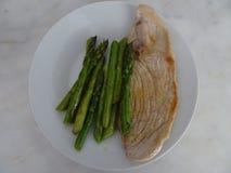 Σπαράγγι με το χοιρινό κρέας σε ένα άσπρο πιάτο Στοκ Εικόνα