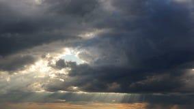 Σπασίματα ηλιοφάνειας μέσω των σύννεφων στο ηλιοβασίλεμα απόθεμα βίντεο
