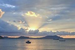 Σπασίματα φωτός του ήλιου πρωινού μέσω των σύννεφων πέρα από τη θάλασσα Στοκ φωτογραφία με δικαίωμα ελεύθερης χρήσης