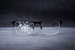 σπασμένα γυαλιά σε ένα υπόβαθρο μετάλλων Στοκ Εικόνες