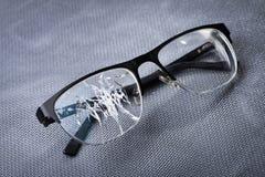 σπασμένα γυαλιά σε ένα υπόβαθρο μετάλλων Στοκ εικόνες με δικαίωμα ελεύθερης χρήσης
